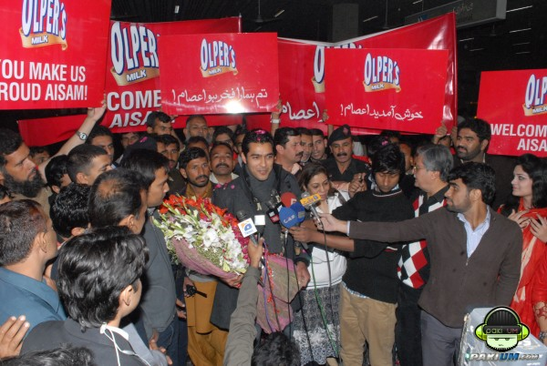 Aisam gets warm welcome at Karachi Airport