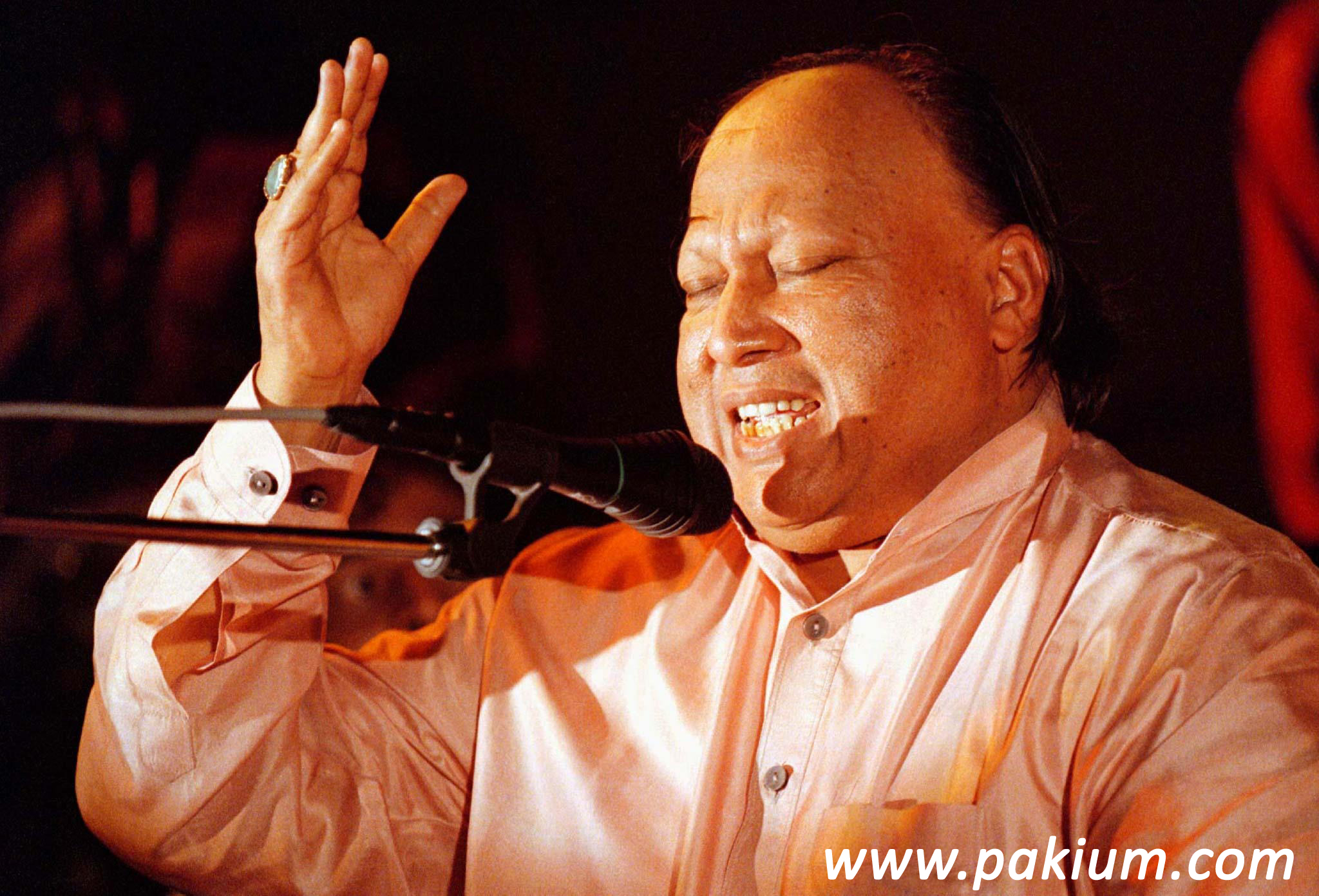 Nusrat Fateh Ali Khan performing Live in Karachi