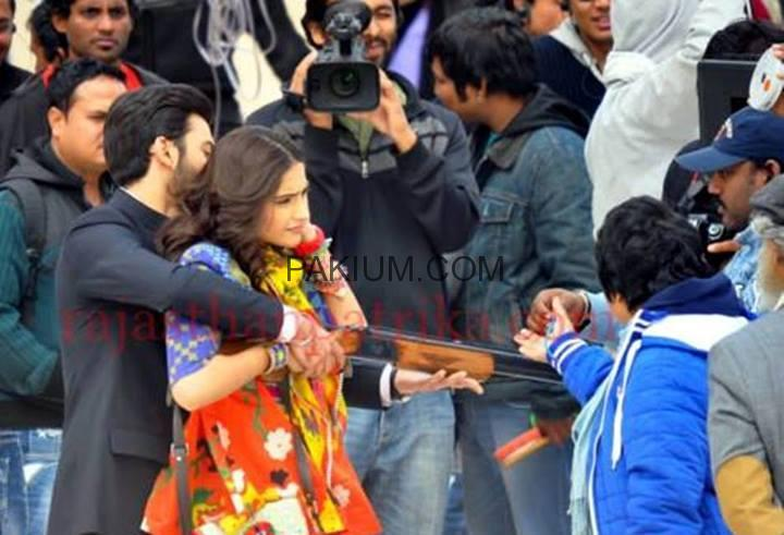 http://www.pakium.com/wp-content/uploads/2013/12/Fawad-Khan-and-Sonam-Kapoor-on-the-sets-of-upcoming-bollywood-movie-Khoobsurat-1.jpg