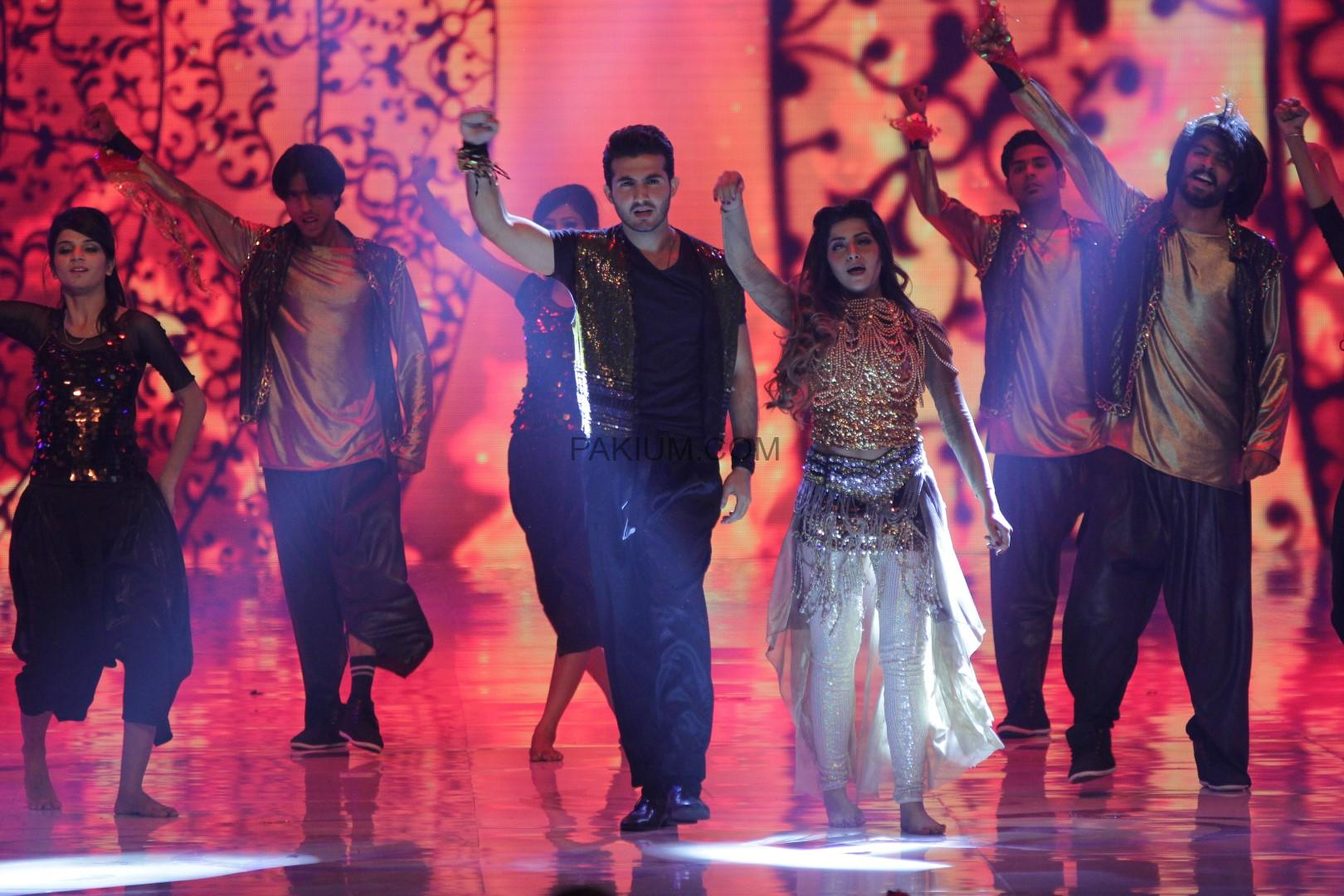 Shehroz Sabzwari and Suha Ali Abro dance at 2nd Hum Awards